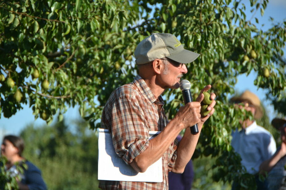 David Sliwa tells attendees about one of his favorite cultivars, Luscious.